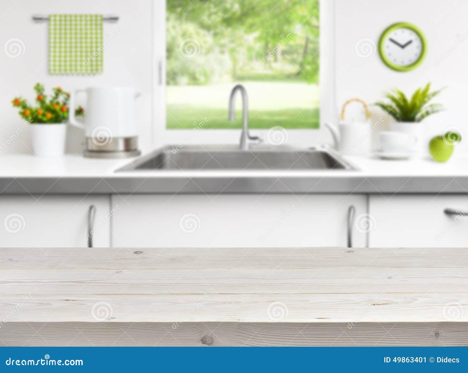 Ξύλινος πίνακας στο υπόβαθρο παραθύρων νεροχυτών κουζινών