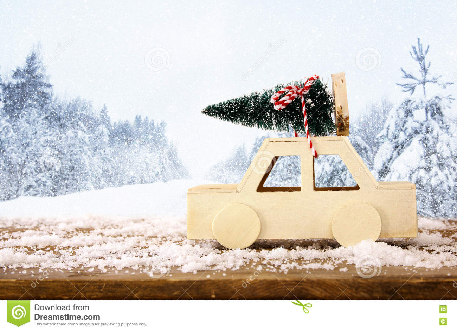 Ξύλινο αυτοκίνητο που φέρνει ένα χριστουγεννιάτικο δέντρο