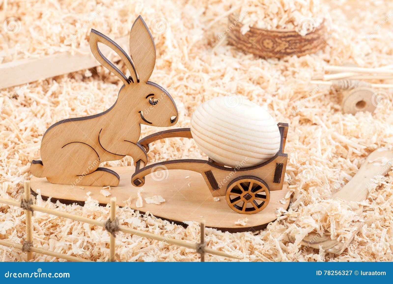 Ξύλινο κουνέλι Πάσχας με το αυγό