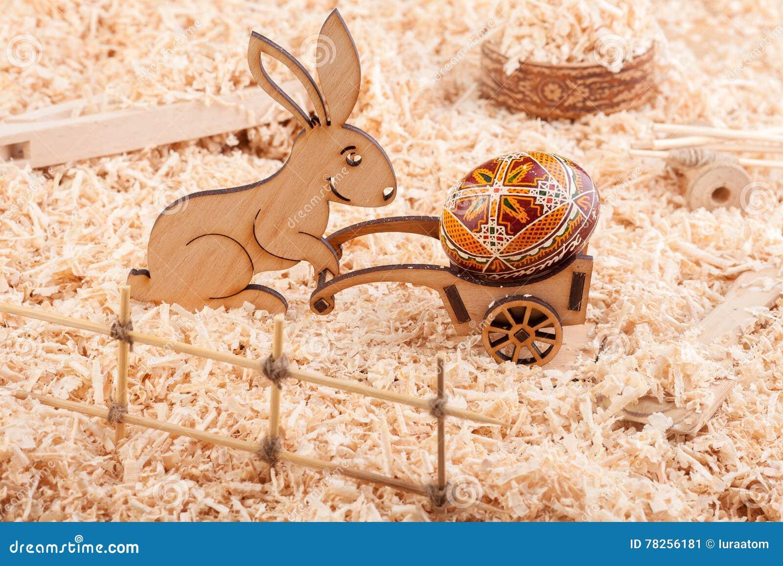 Ξύλινο κουνέλι Πάσχας με το βαγόνι εμπορευμάτων