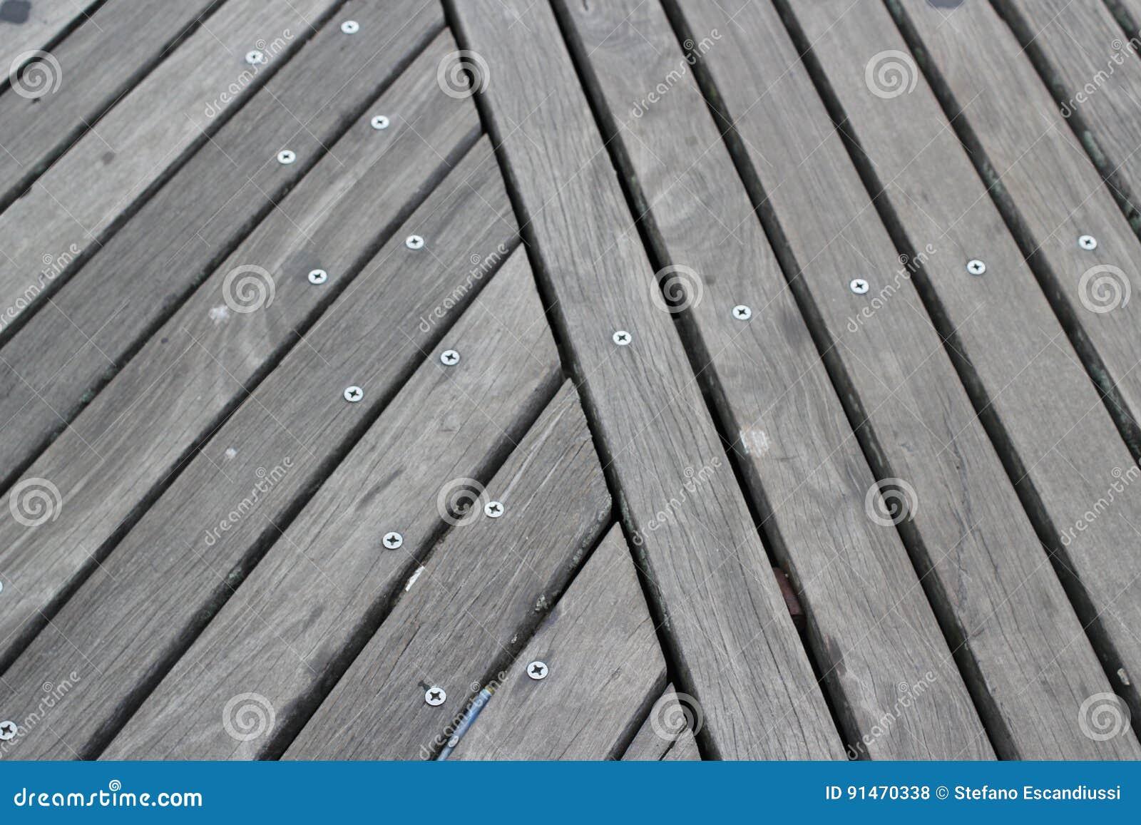 Ξύλινο πάτωμα στο θαλάσσιο περίπατο