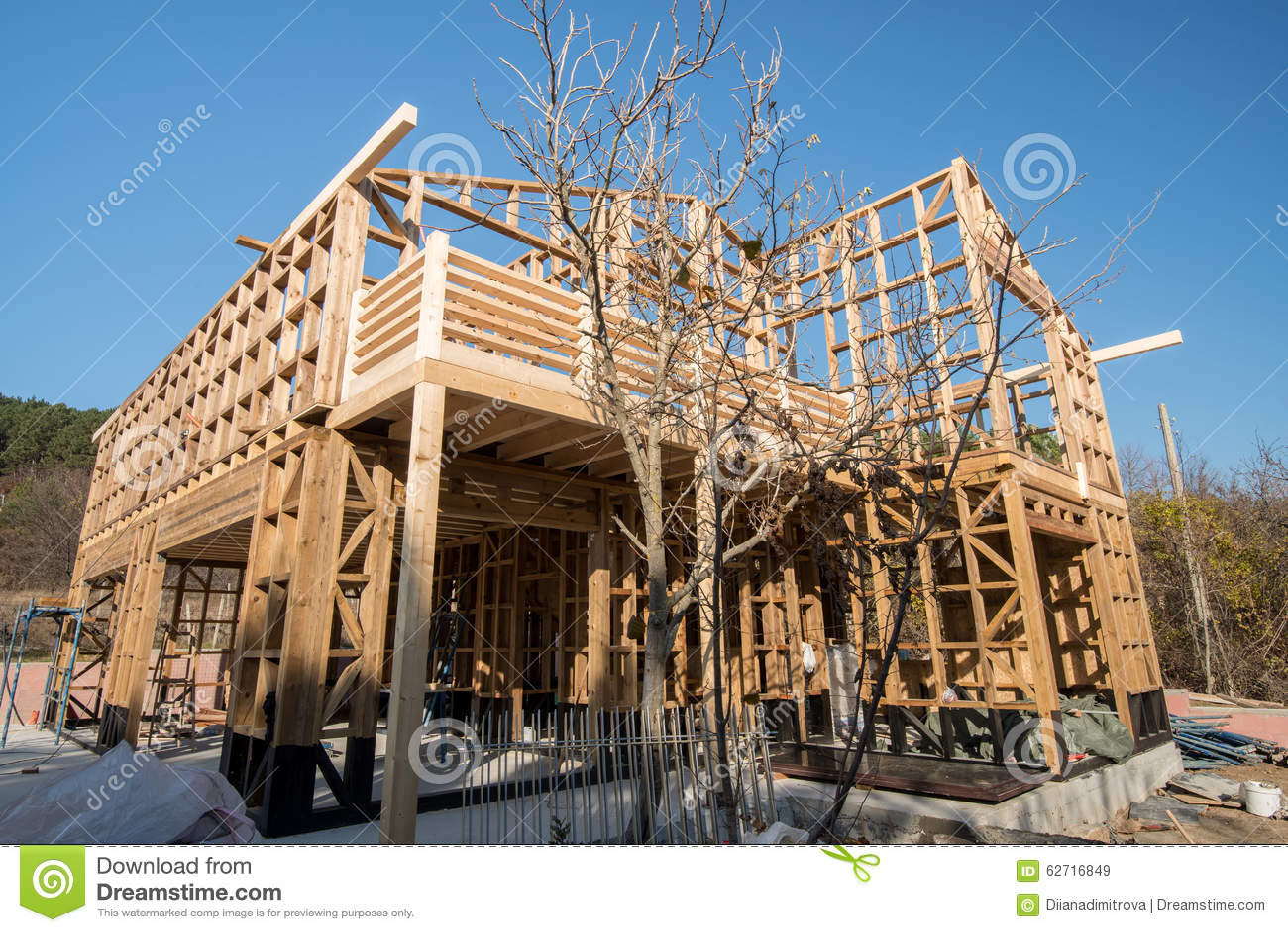 Ξύλινο πλαίσιο του σπιτιού κάτω από την κατασκευή