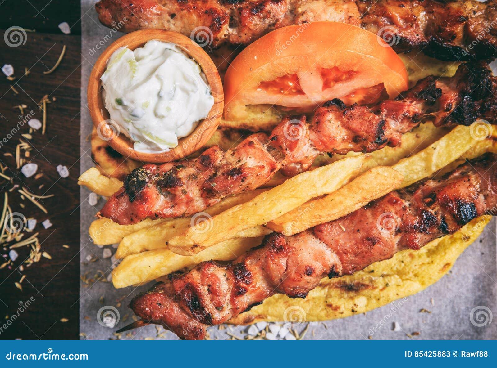 Οβελίδια κρέατος σε ένα ξύλινο υπόβαθρο