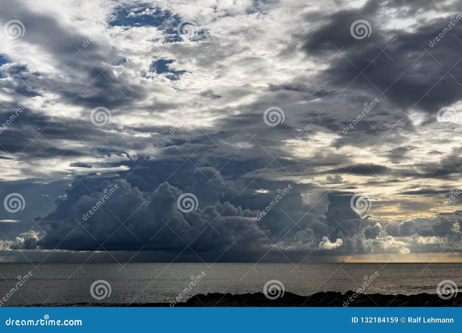 Ογκώδης σχηματισμός σύννεφων στις Σεϋχέλλες