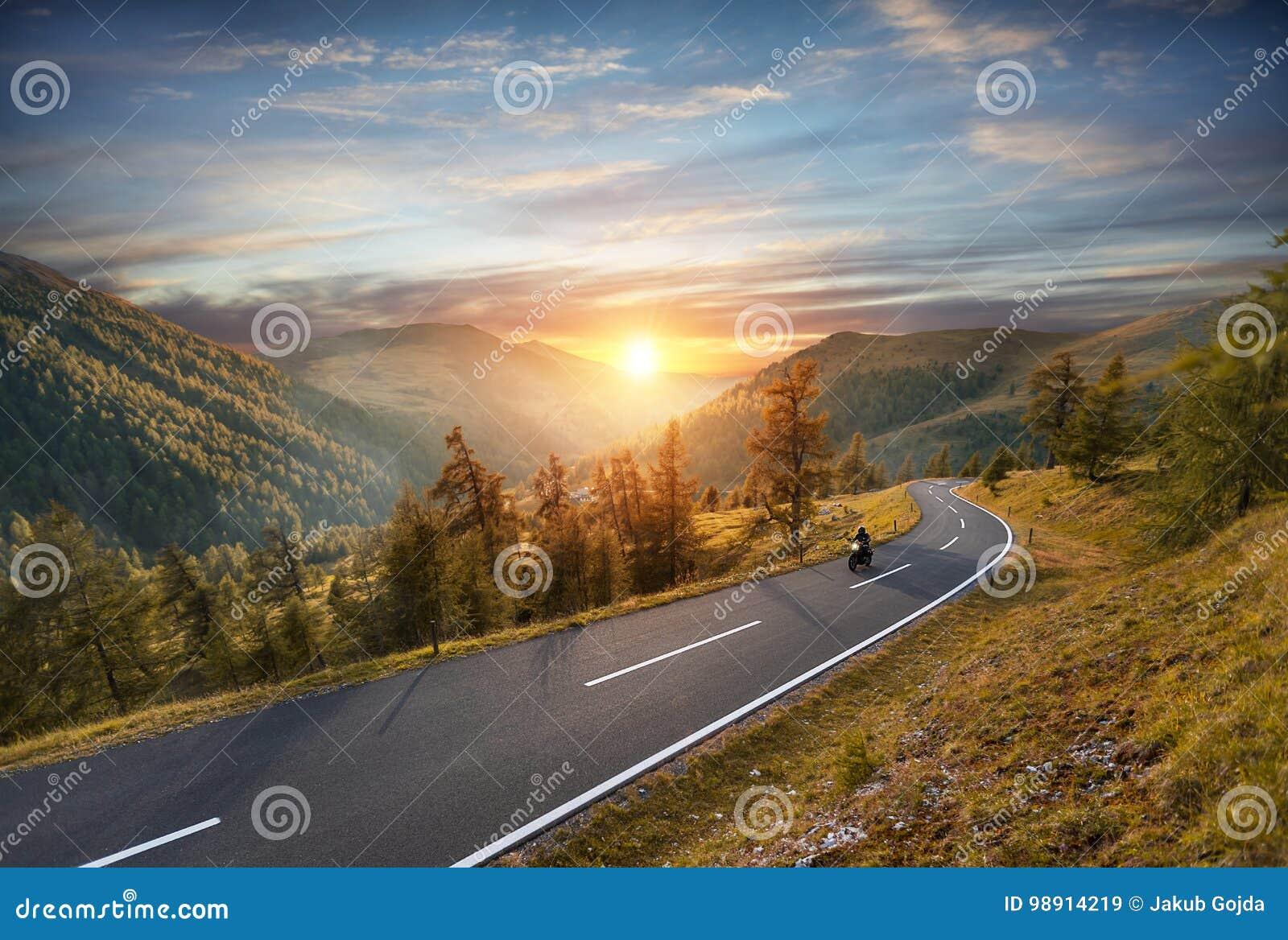 Οδήγηση οδηγών μοτοσικλετών στην αλπική εθνική οδό Υπαίθρια φωτογραφία,