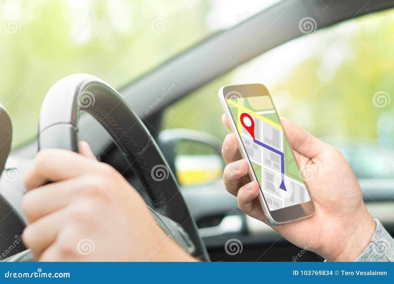 Οδηγώντας αυτοκίνητο ατόμων και χρησιμοποίηση του σε απευθείας σύνδεση χάρτη και της εφαρμογής ΠΣΤ