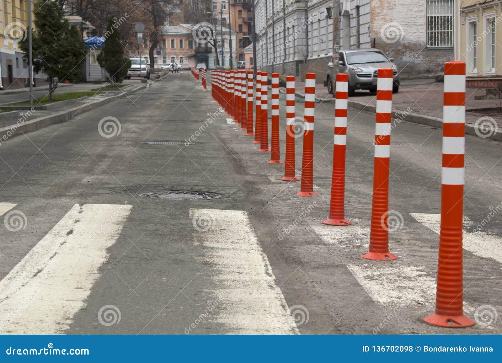 Οδικά πορτοκαλιά σημάδια σε μια εθνική οδό στην αναδημιουργία