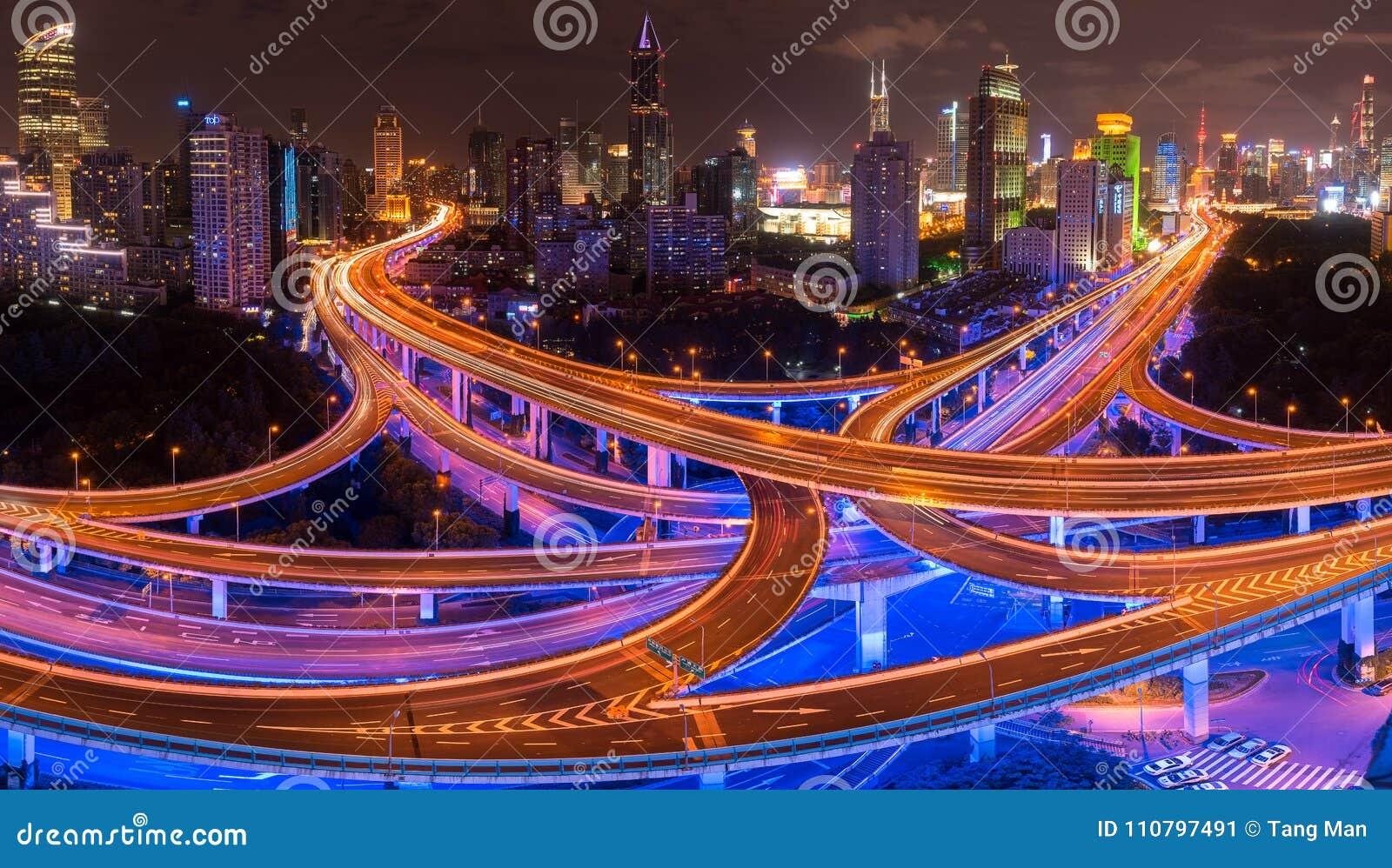 Οδοί και διατομές της Σαγκάη τη νύχτα με Pudong στο υπόβαθρο