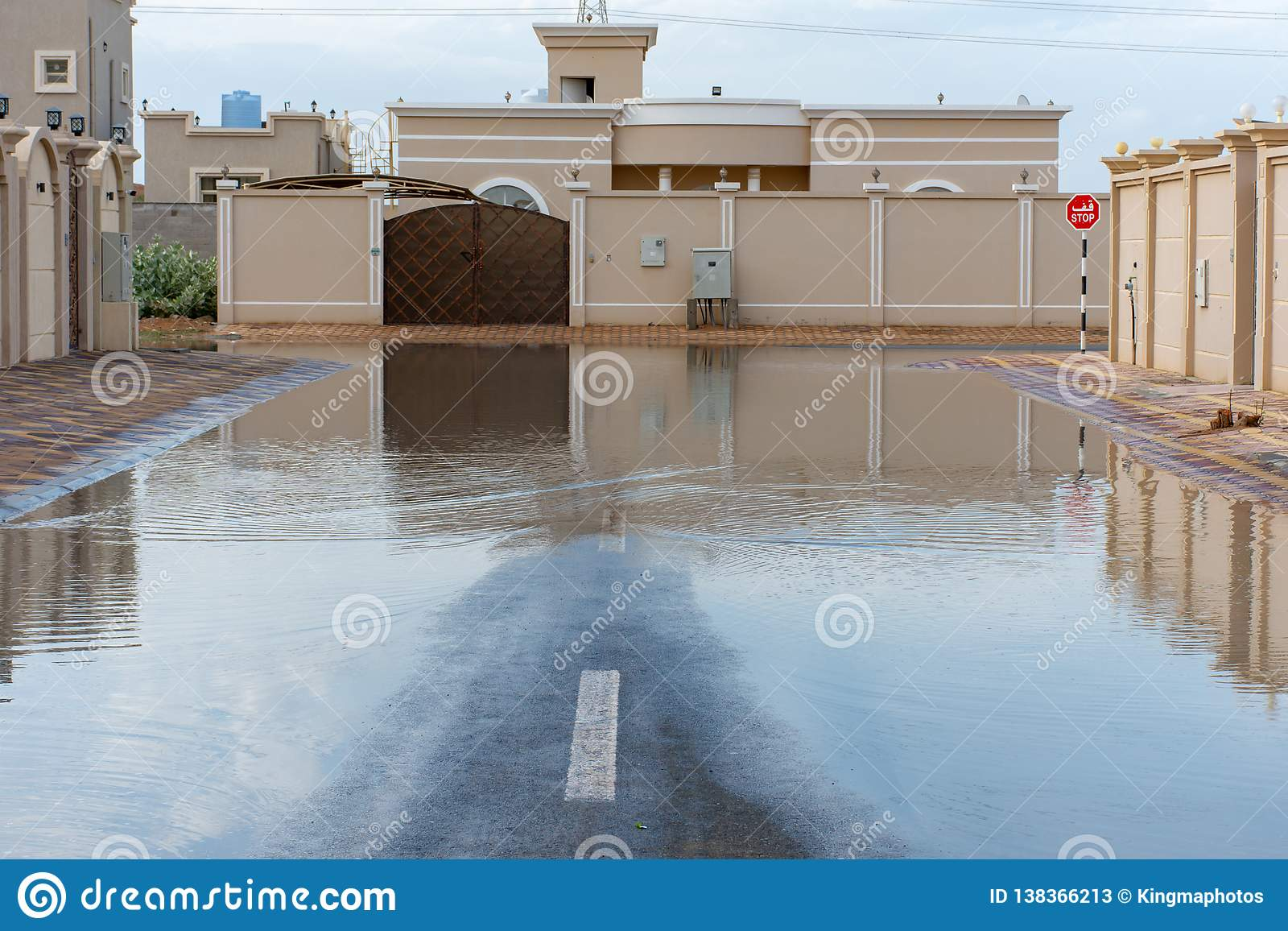 Οδοί που πλημμυρίζουν στα Ηνωμένα Αραβικά Εμιράτα μετά από μια καταιγίδα