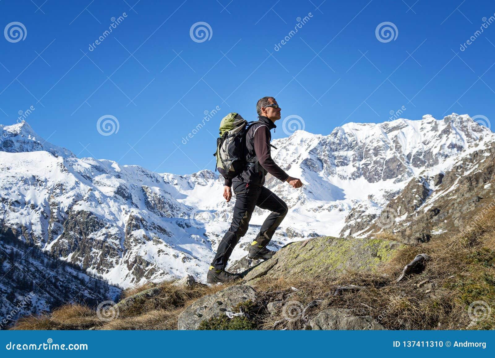 Οδοιπορία ατόμων στις Άλπεις Μεγάλο εθνικό πάρκο Paradiso Ιταλία