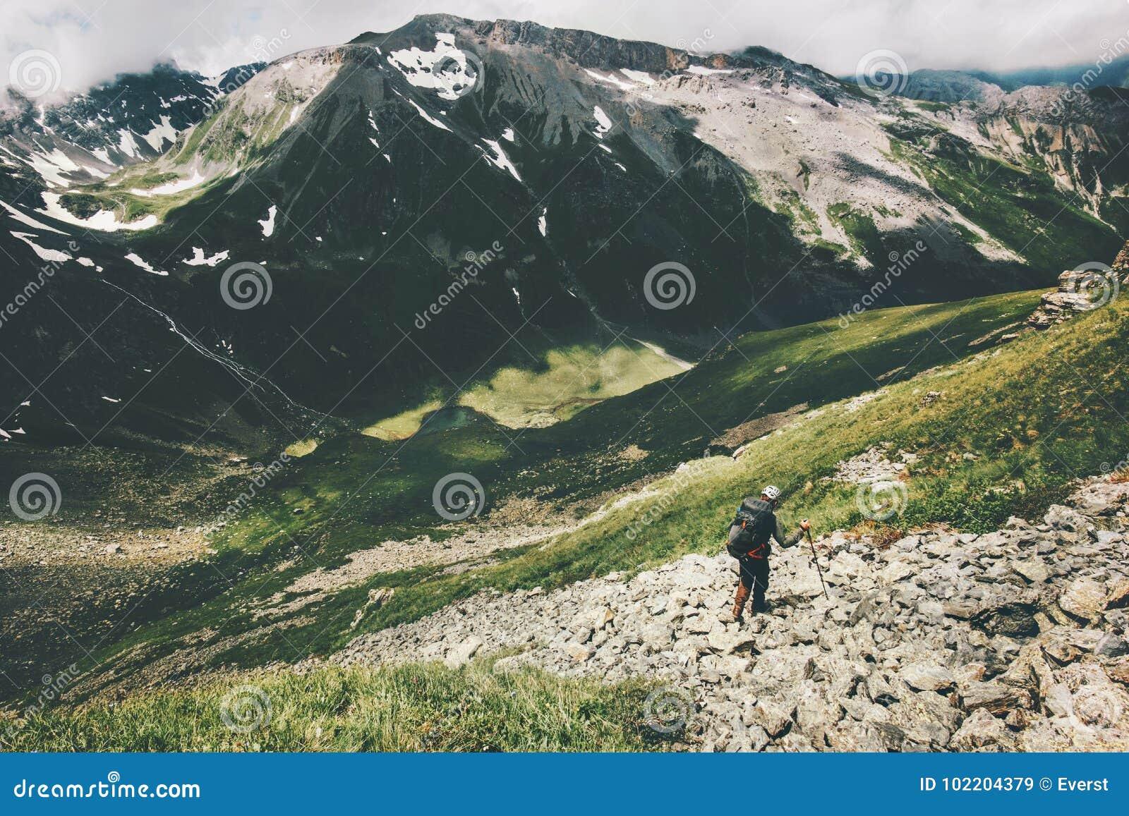 Οδοιπορία οδοιπόρων ατόμων στις θερινές διακοπές έννοιας περιπέτειας τρόπου ζωής ταξιδιού βουνών wanderlust