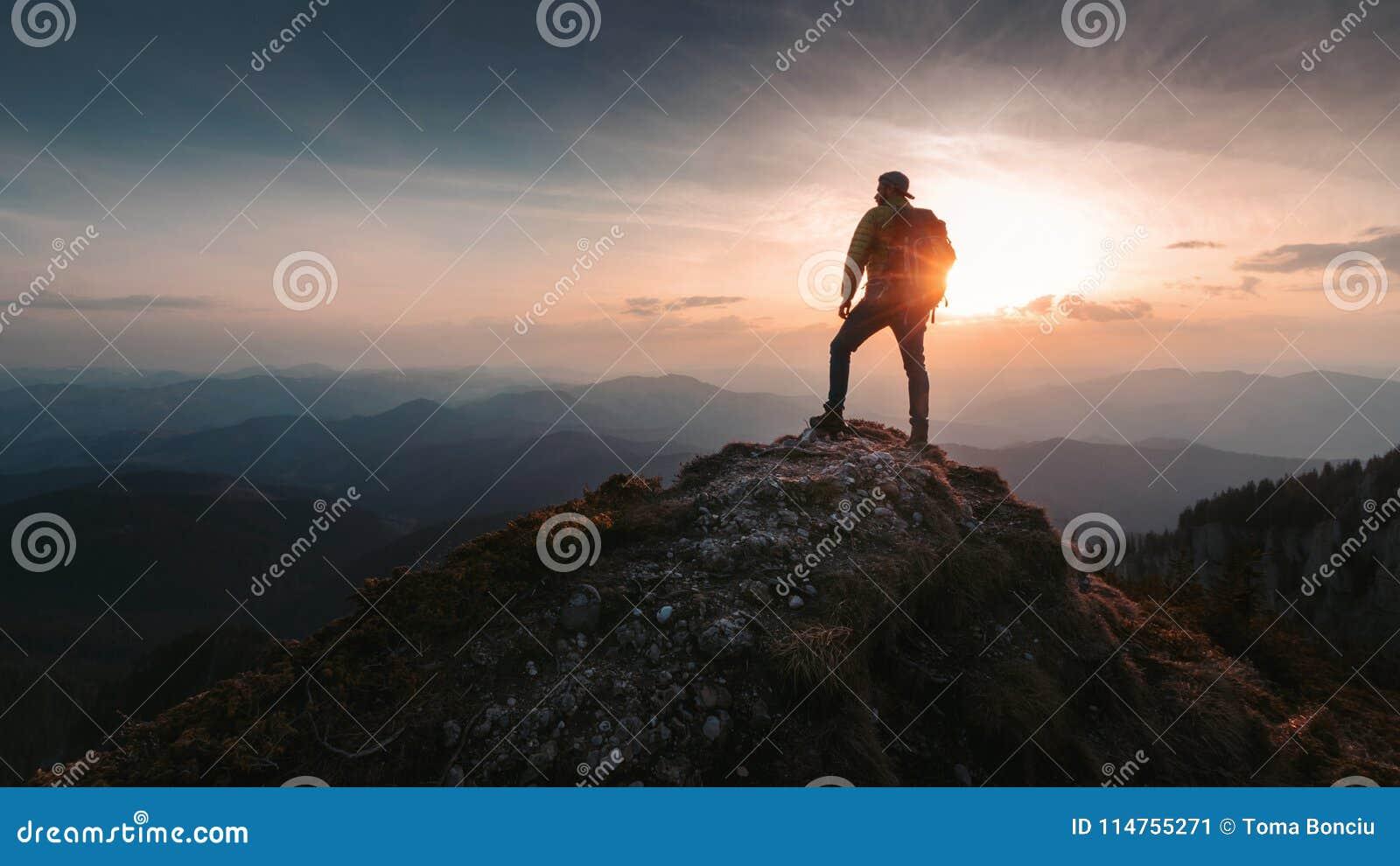 a21d3d8718 Οδοιπόρος ατόμων τουριστών πάνω από το βουνό Ενεργός έννοια ζωής ...