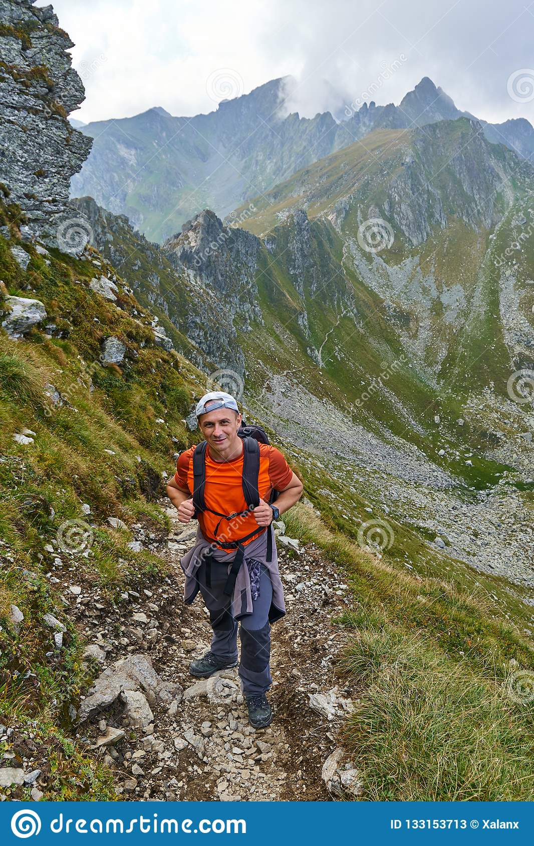 Οδοιπόρος με το σακίδιο πλάτης στα βουνά