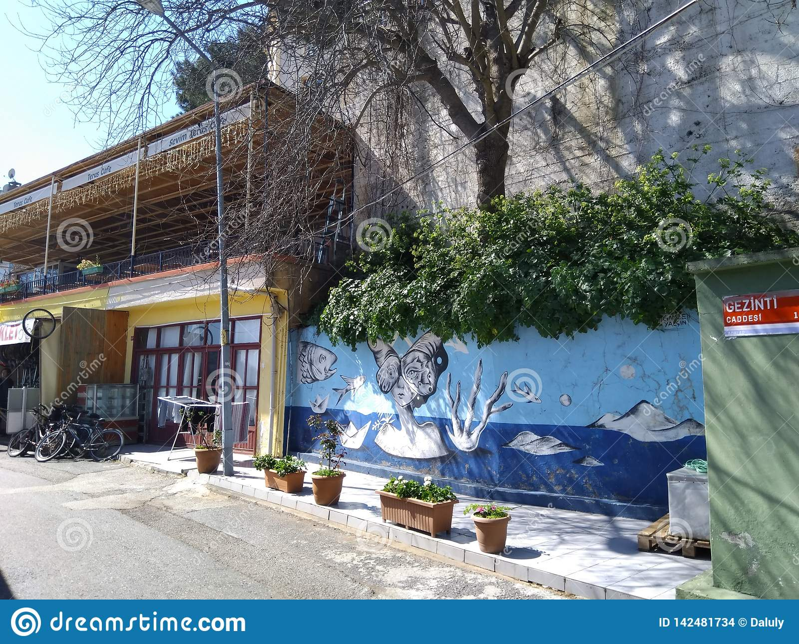 Οδός της μικρής πόλης με την τέχνη χρωμάτων οδών στον τοίχο, Ευρώπη