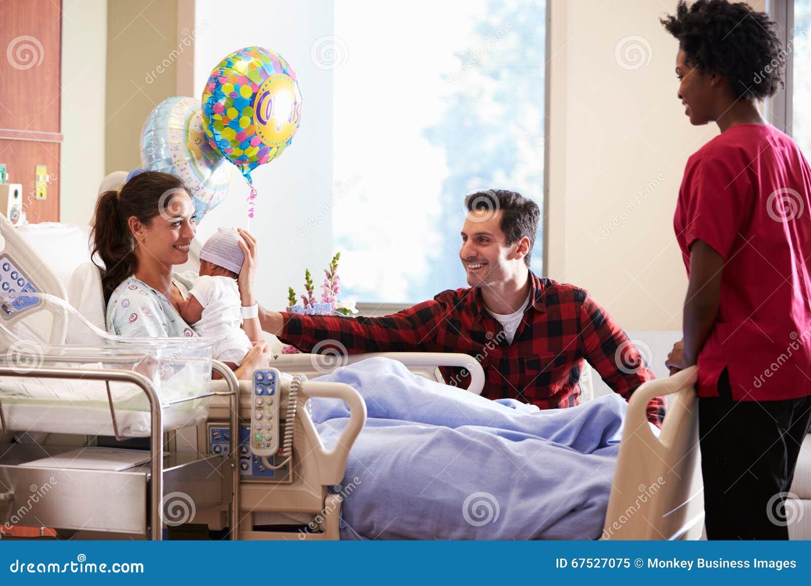 Οικογένεια και νοσοκόμα με νέο - γεννημένο μωρό στο μετα γενέθλιο τμήμα