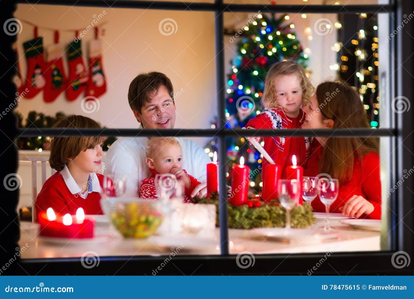 Οικογένεια με τα παιδιά στο γεύμα Χριστουγέννων στο σπίτι