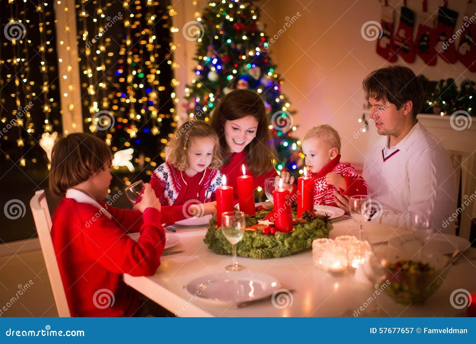 Οικογένεια με τα παιδιά στο γεύμα Χριστουγέννων