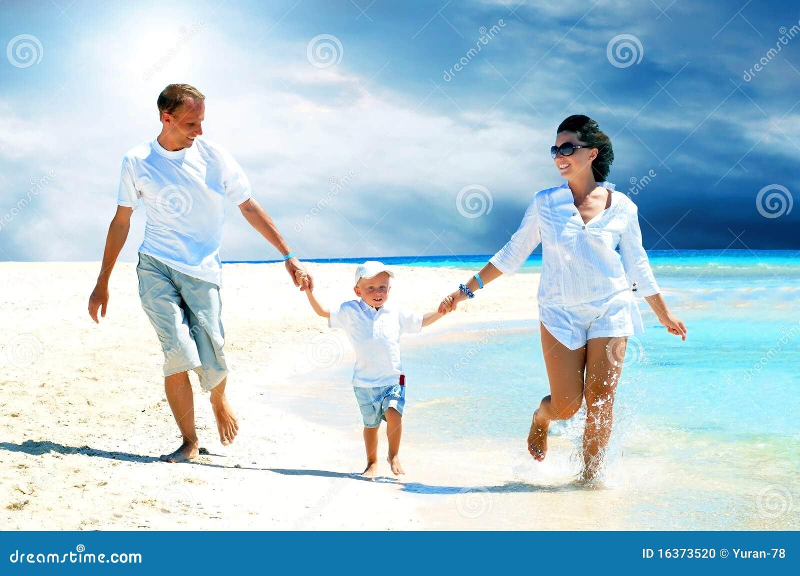 οικογένεια παραλιών στοκ εικόνες. εικόνα από παιδί bcfc916b065