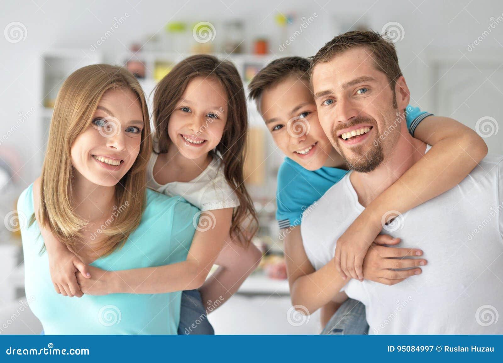 Οικογένεια που έχει τη διασκέδαση στο εσωτερικό