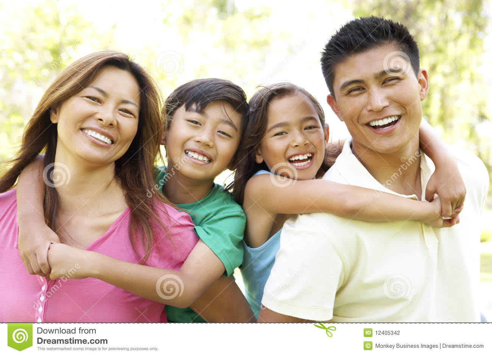 Οικογένεια που απολαμβάνει την ημέρα στο πάρκο