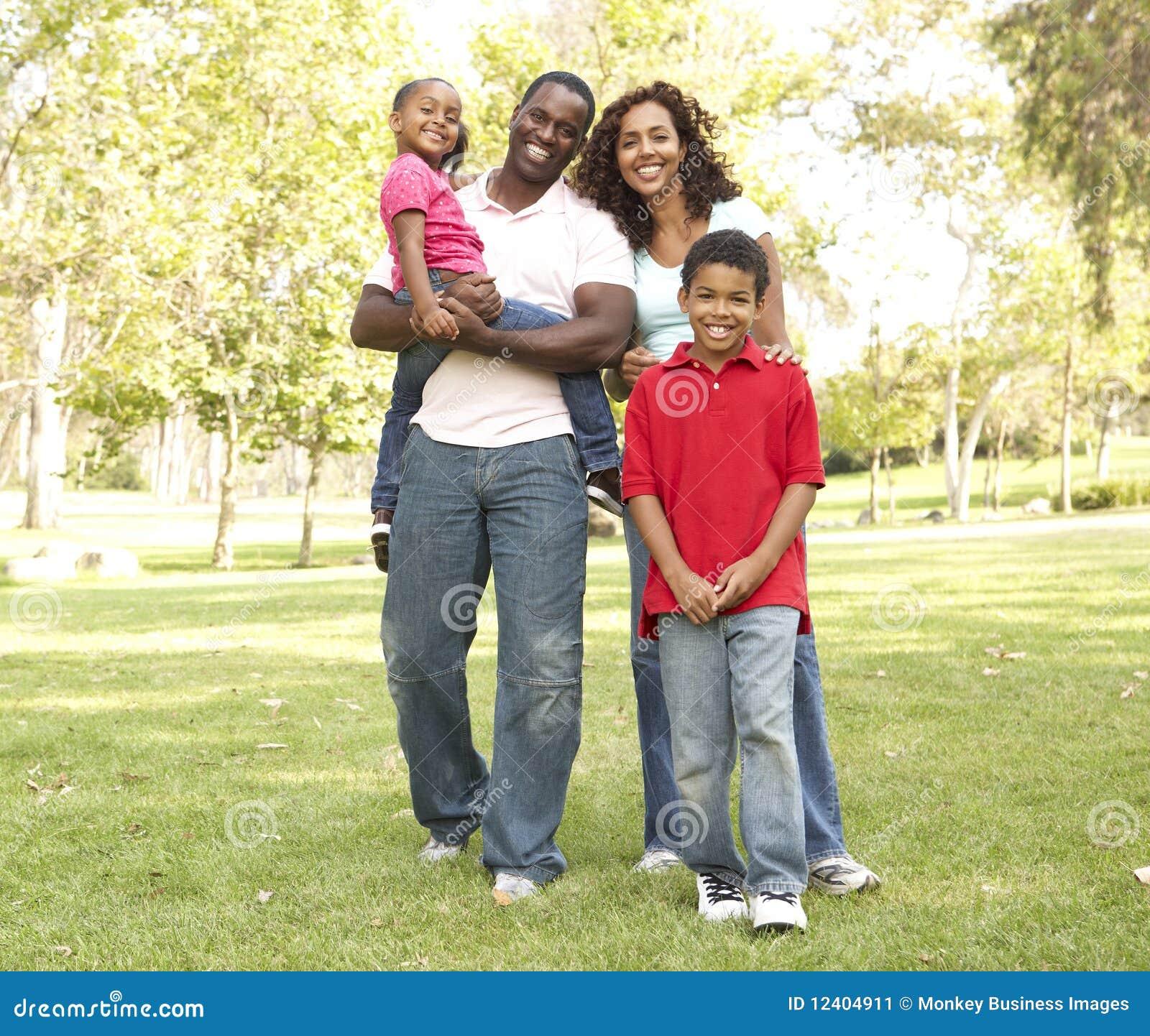 Οικογένεια που απολαμβάνει τον περίπατο στο πάρκο