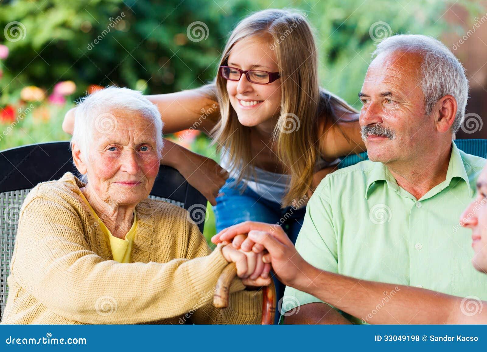 Οικογένεια που επισκέπτεται την άρρωστη γιαγιά στη ιδιωτική κλινική