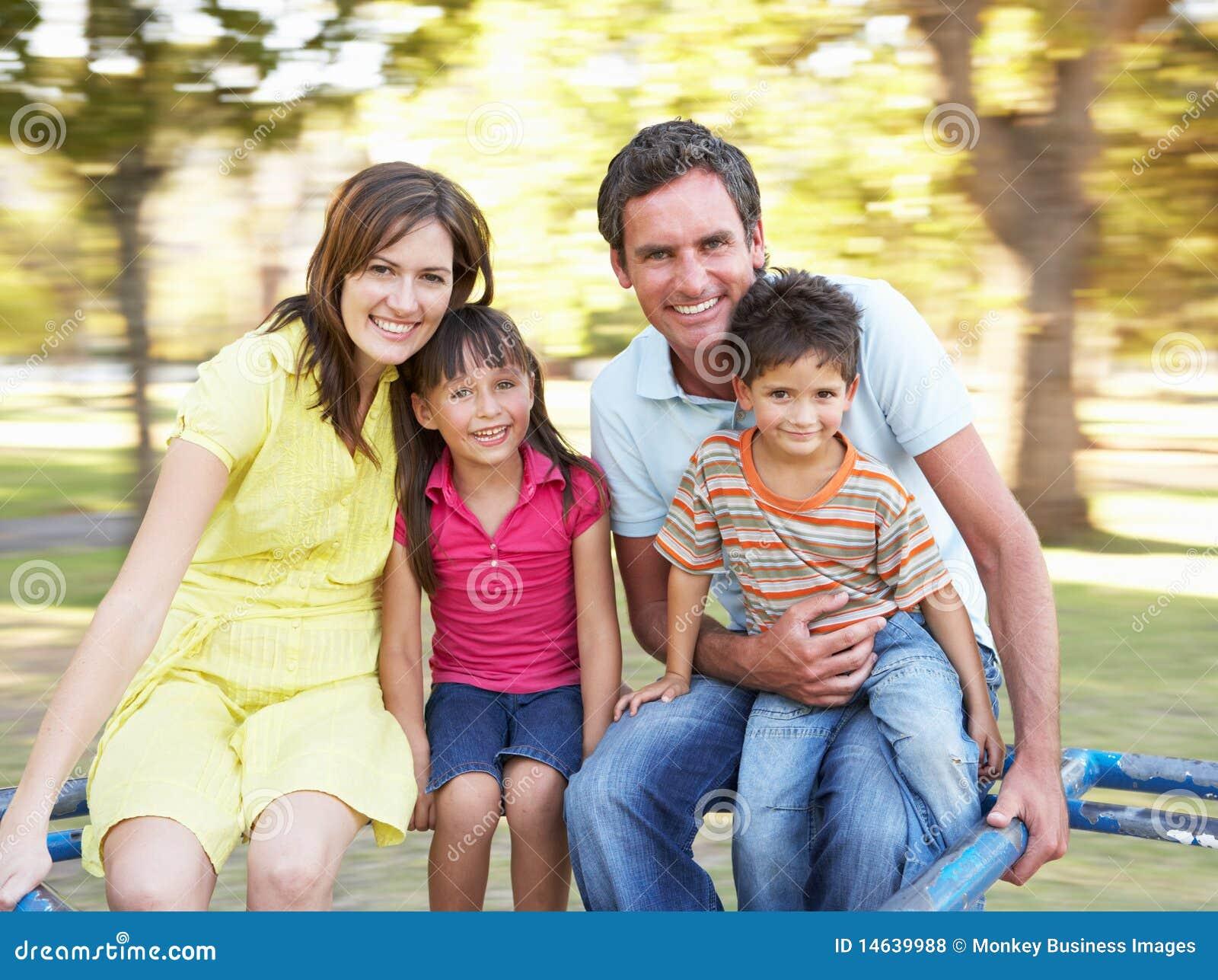 Οικογένεια που οδηγά στη διασταύρωση κυκλικής κυκλοφορίας στο πάρκο