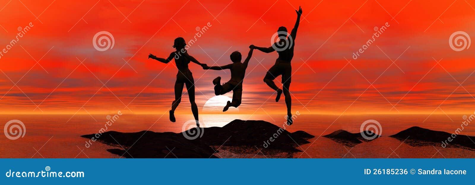 Οικογένεια που πηδά στο ηλιοβασίλεμα θάλασσας