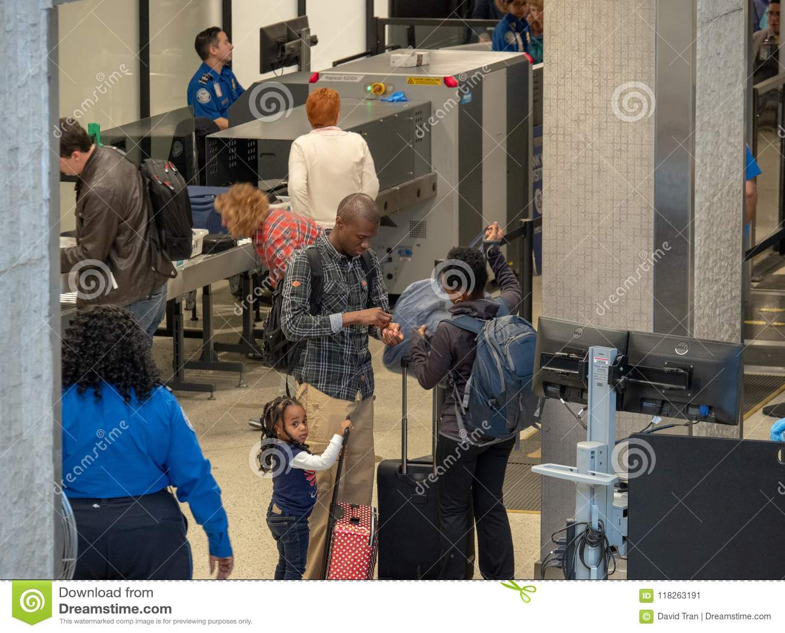 Οικογένεια που συλλέγει τις περιουσίες μετά από να περάσει μέσω ενός Transportati