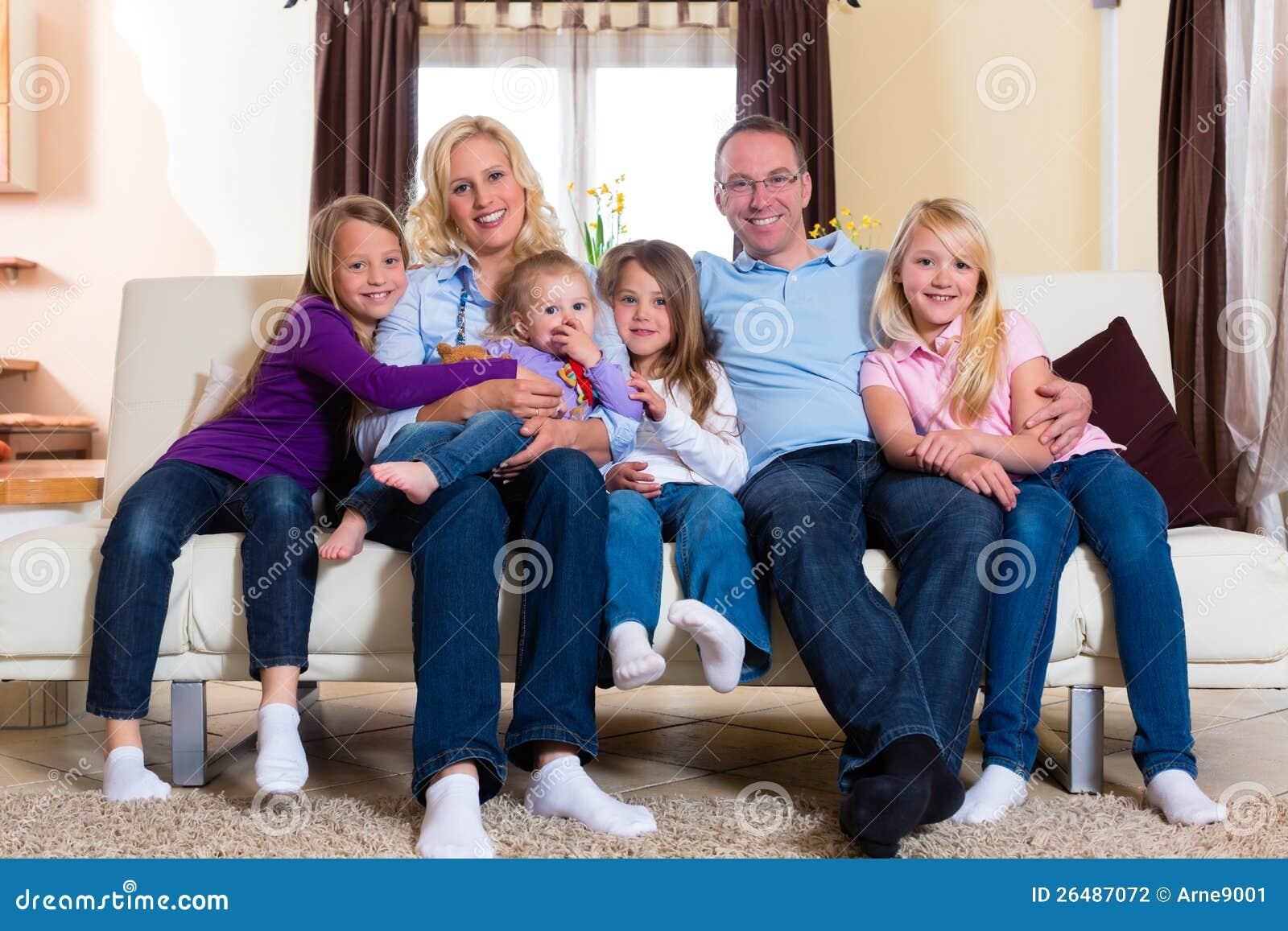Οικογένεια σε έναν καναπέ