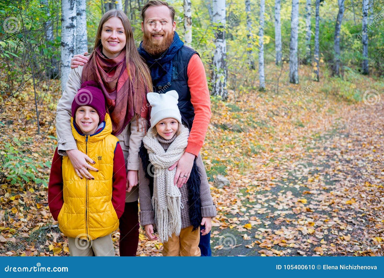 Download Οικογένεια σε ένα πάρκο φθινοπώρου Στοκ Εικόνες - εικόνα από διασκέδαση, πάρκο: 105400610