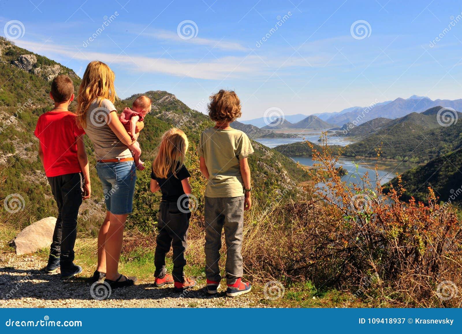 Οικογένεια στην άποψη Rieka Crnojevica, Μαυροβούνιο