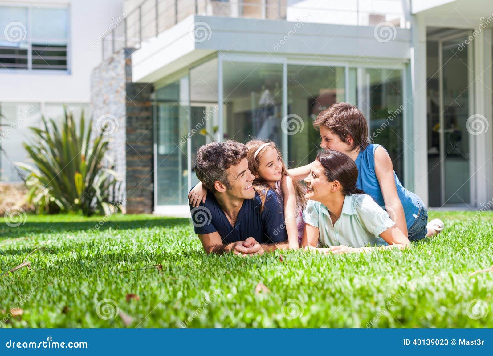 Οικογένεια στο μεγάλο σπίτι