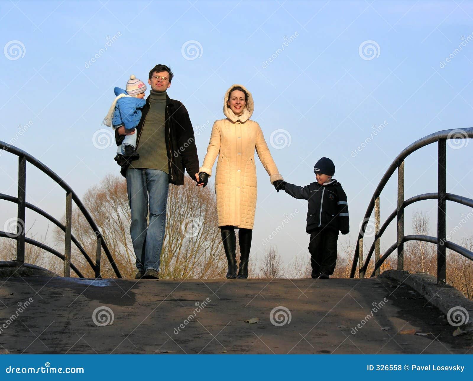 οικογένεια τέσσερα γεφ&