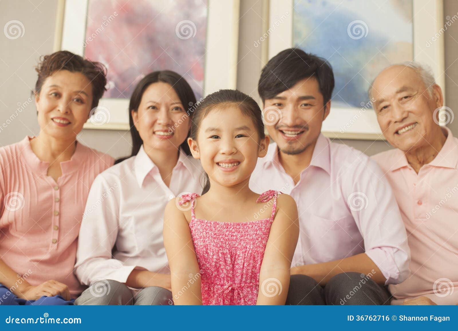 Οικογένεια Multigenerational που χαμογελά, πορτρέτο