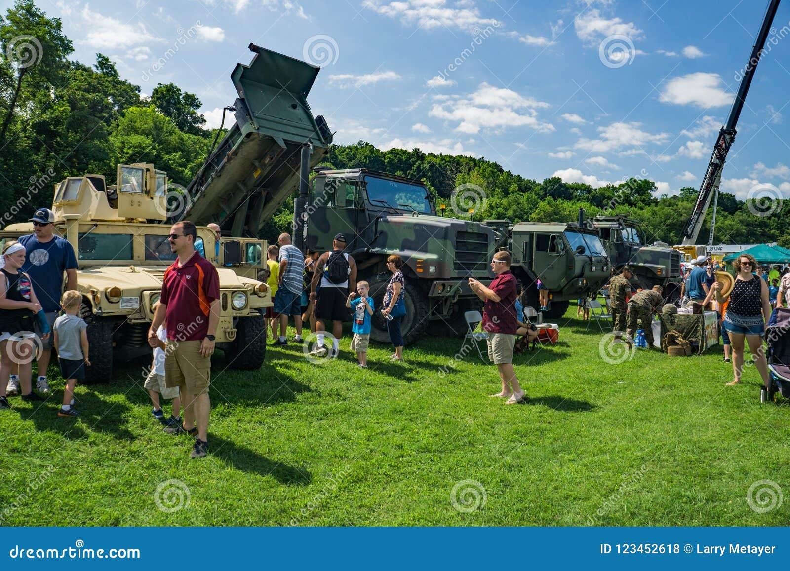 Οικογένειες που απολαμβάνουν το στρατιωτικό υλικό στο ετήσιο αφή-α-φορτηγό