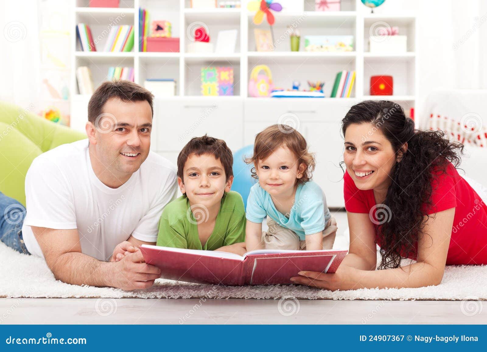 οικογενειακά κατσίκια βιβλίων που διαβάζουν στην ιστορία δύο νεολαίες