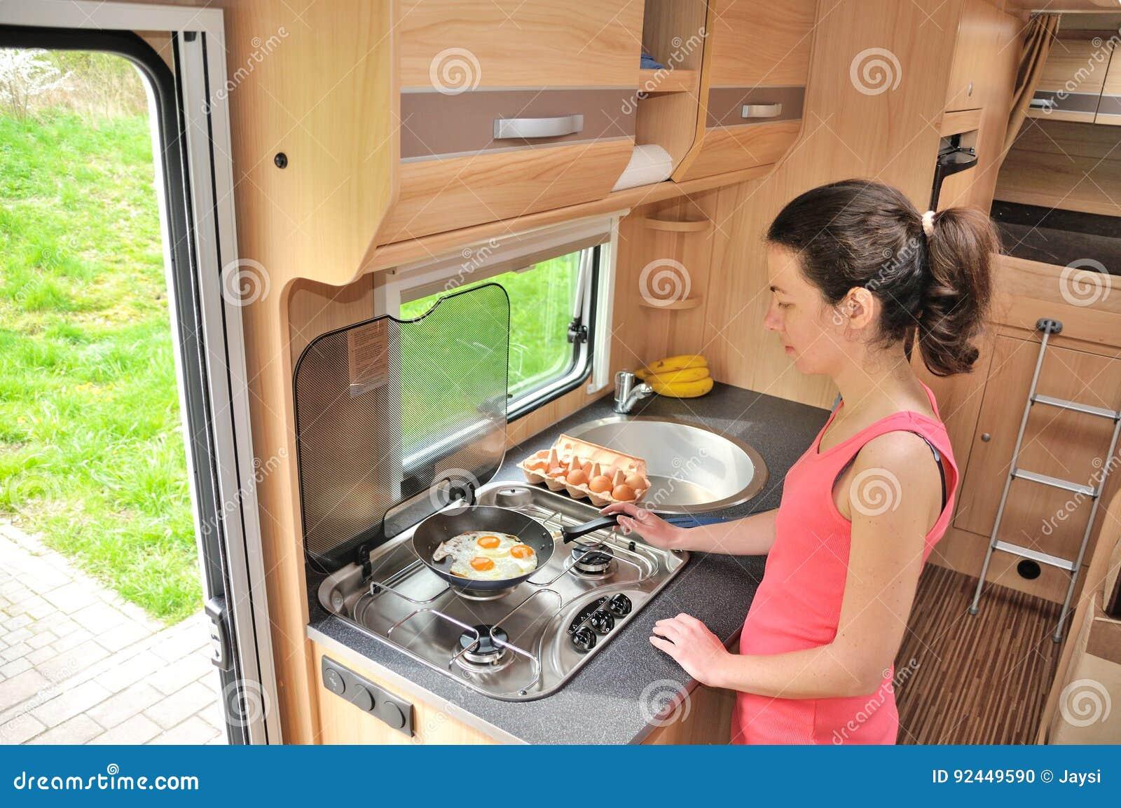 Οικογενειακές διακοπές, ταξίδι διακοπών rv, ταξίδι και στρατοπέδευση, μαγείρεμα γυναικών στο τροχόσπιτο, motorhome εσωτερικό