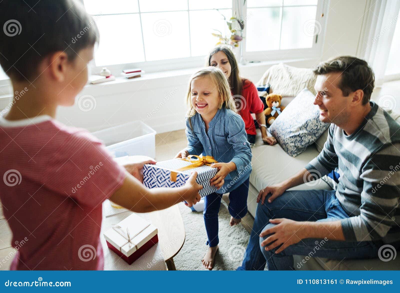 Οικογενειακή γιορτή γενεθλίων που δίνει το δώρο