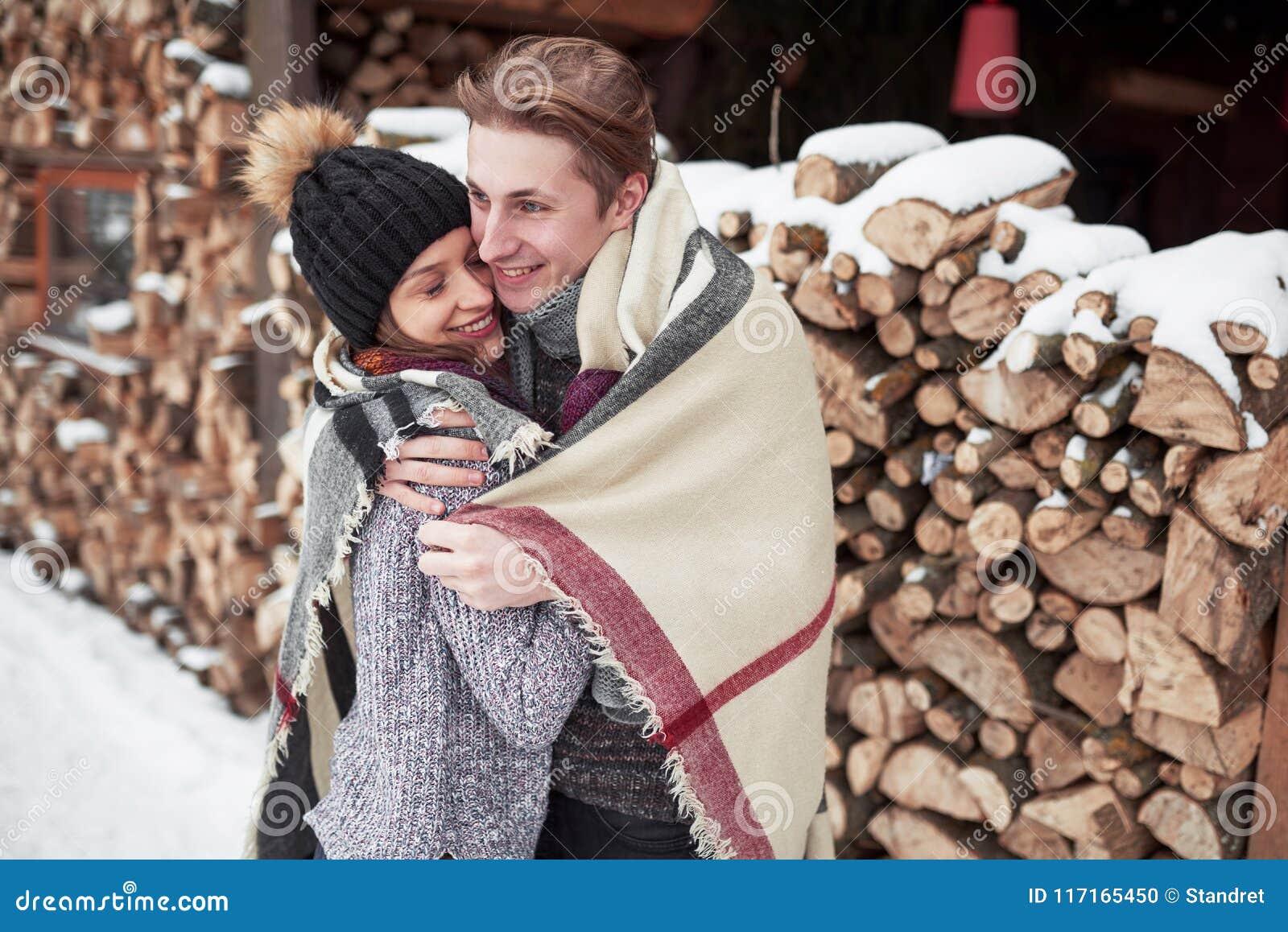 οικογενειακή διασκέδαση ζευγών ευτυχής έχοντας υπαίθρια τις χειμερινές νεολαίες πάρκων οικογένεια υπαίθρια