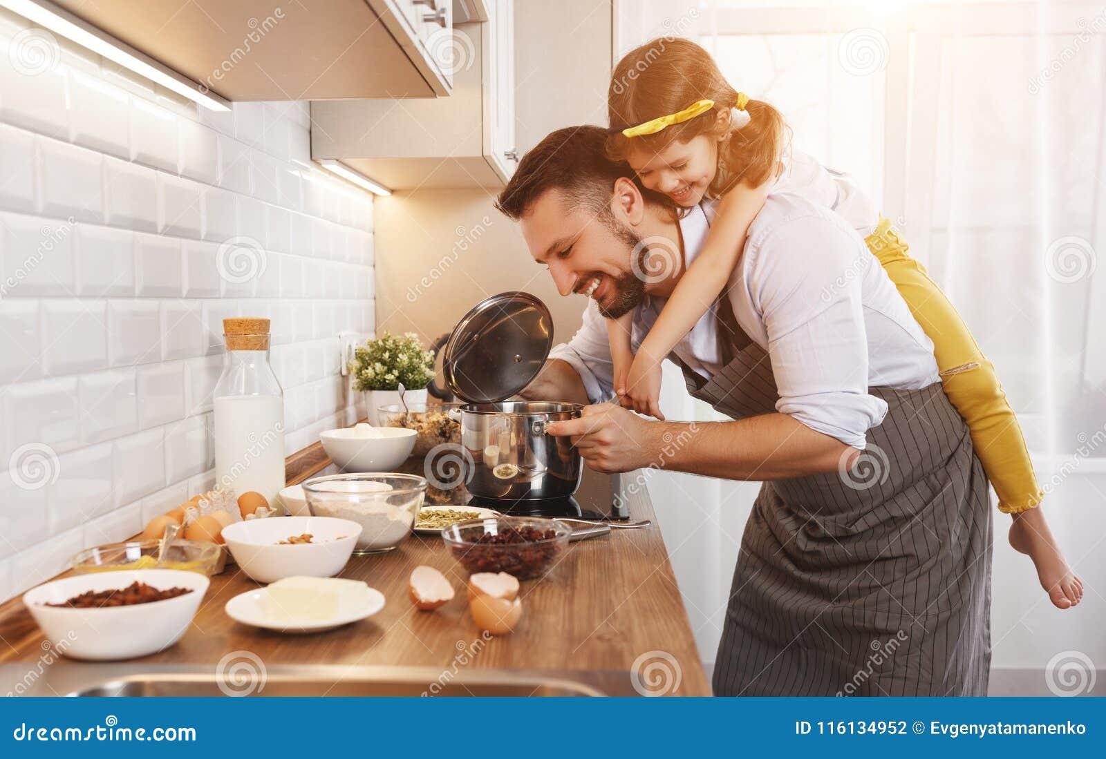 οικογενειακή ευτυχής & Η κόρη πατέρων και παιδιών ζυμώνει τη ζύμη α