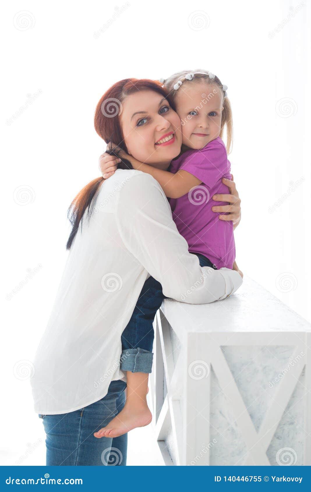 οικογενειακή ευτυχής & Μητέρα και το κορίτσι παιδιών κορών της που παίζουν και που αγκαλιάζουν