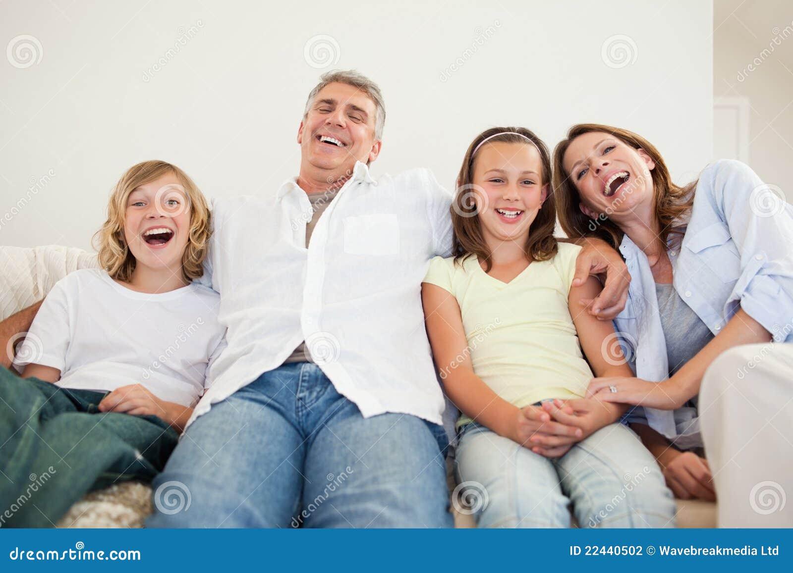 Οικογενειακή συνεδρίαση γέλιου στον καναπέ