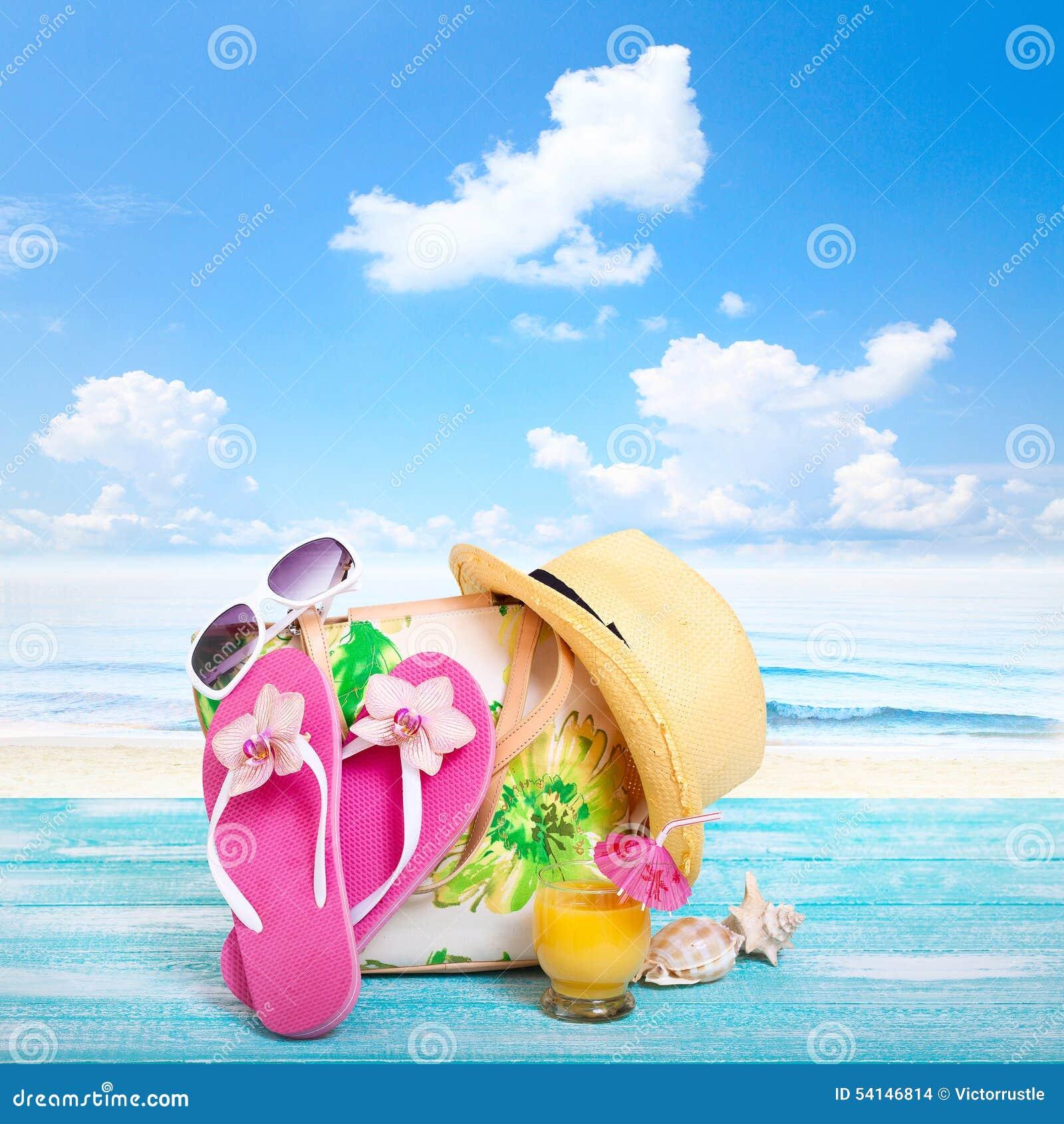 οικογενειακό καλές διακοπές καλοκαίρι σας Beachwear στο ξύλινο υπόβαθρο