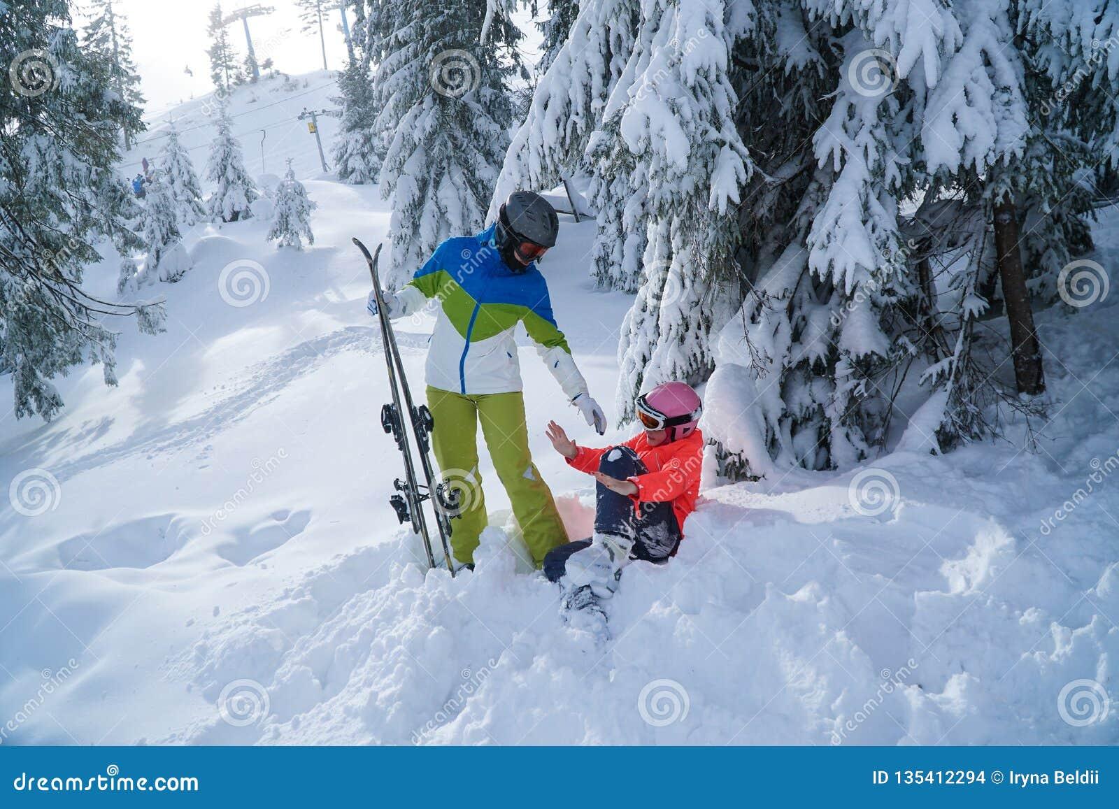 Οικογενειακό να κάνει σκι διακοπές το χειμώνα διακοπές μητέρων και κορών στα βουνά
