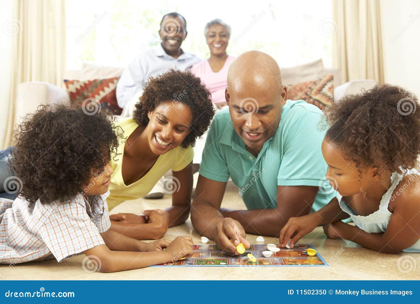 Οικογενειακό παίζοντας επιτραπέζιο παιχνίδι στο σπίτι
