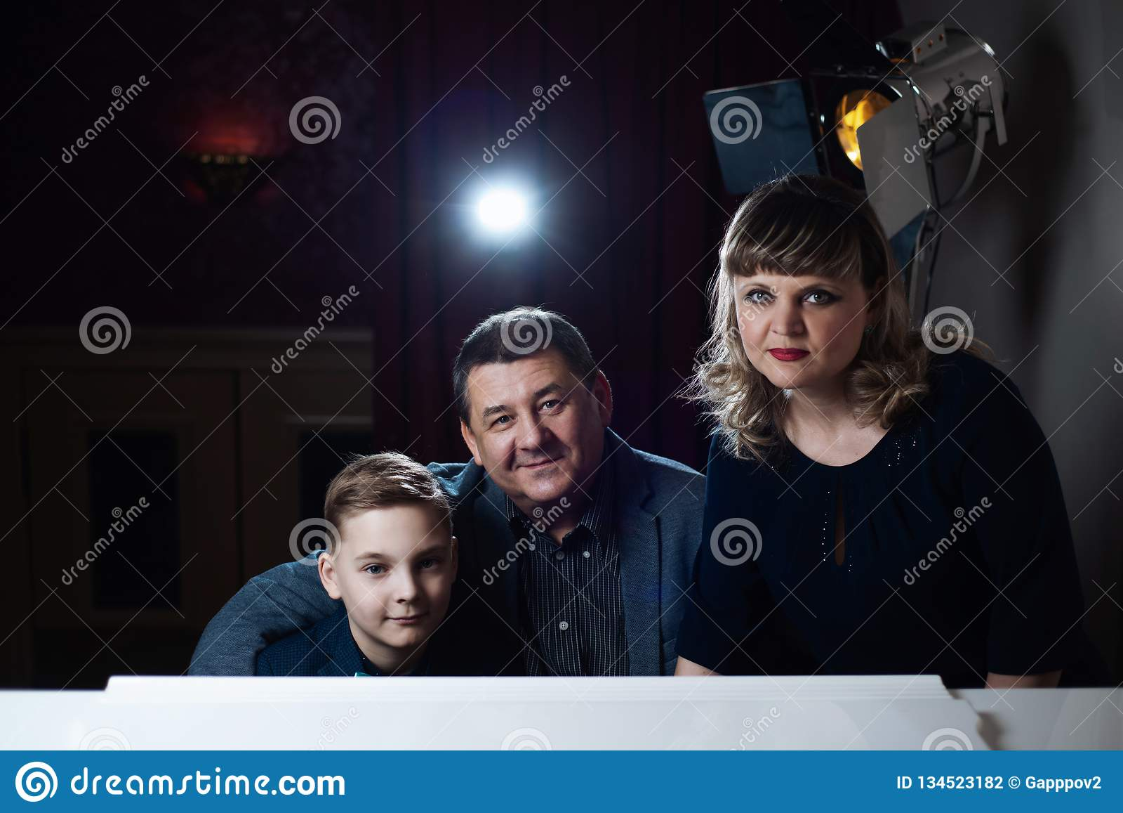 Οικογενειακό παιχνίδι στο πιάνο Ο πατέρας και η μητέρα διδάσκουν το γιο για να παίξουν ένα μουσικό όργανο