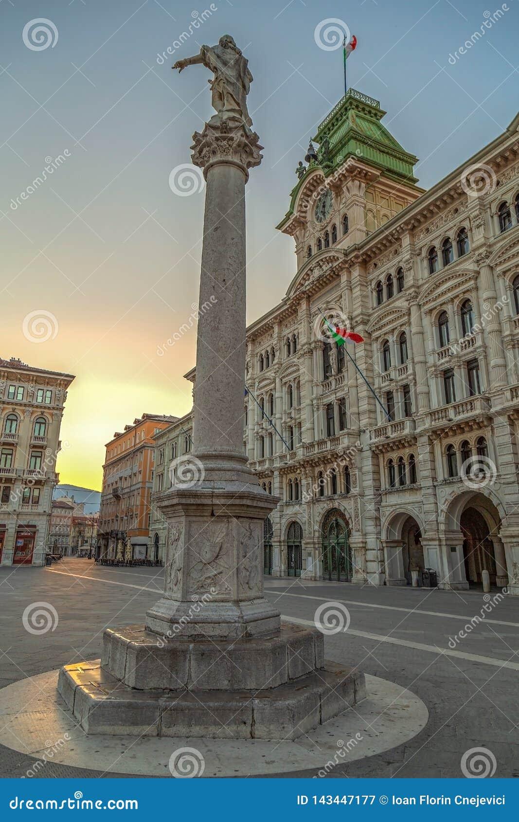 Οικοδόμηση και Colonna Carlo VI του Δημαρχείου Asburgo, Τεργέστη, Ιταλία