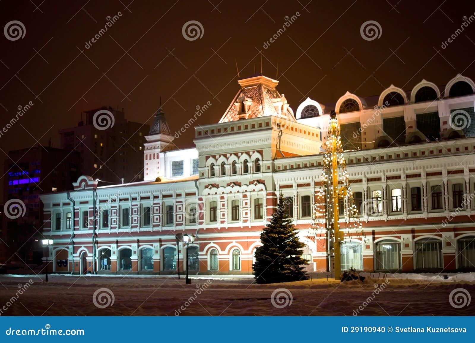 Οικοδόμηση της έκθεσης Nizhny Novgorod στο φως χειμερινής νύχτας