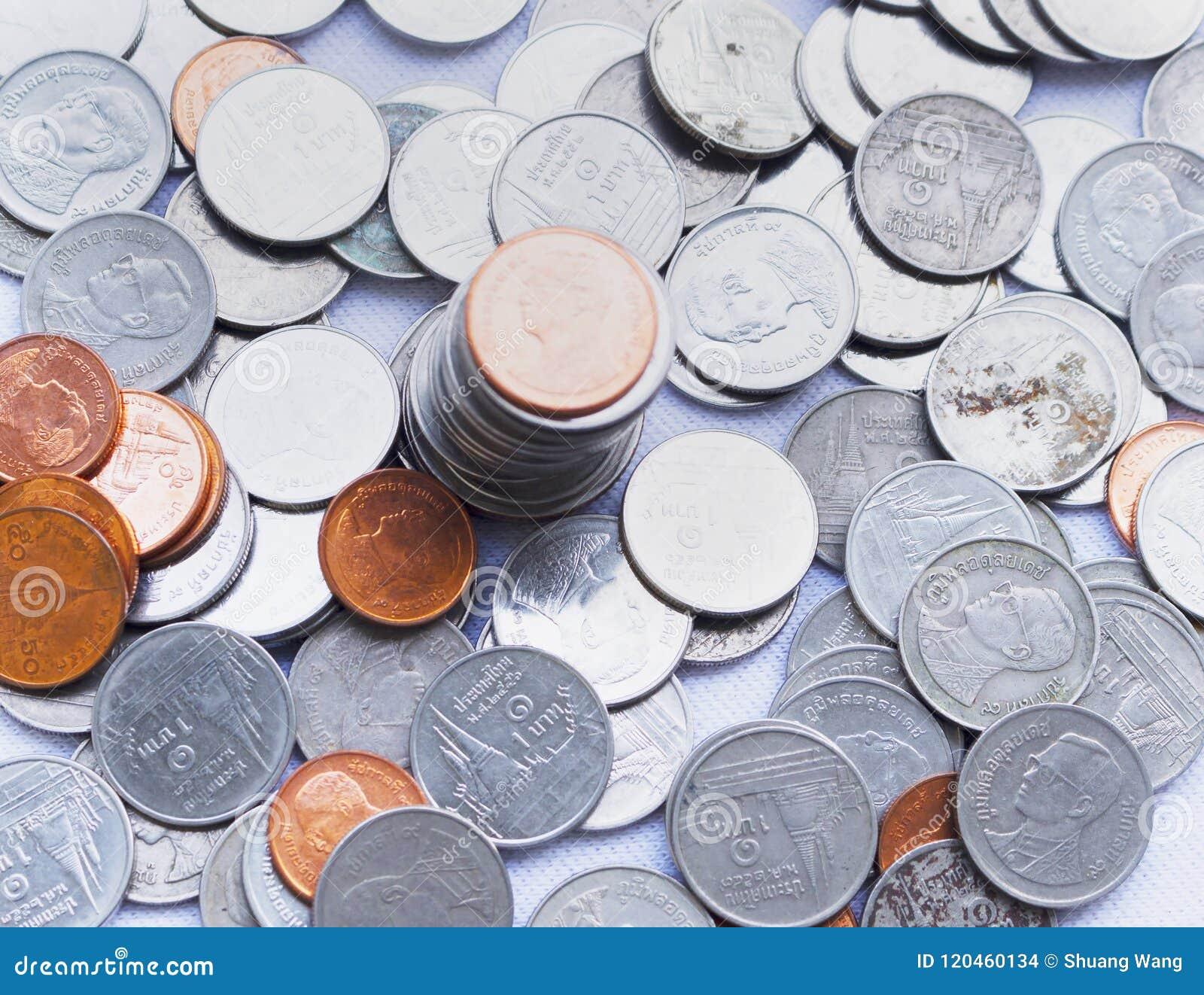 Οικονομική έννοια: ένας σωρός των νομισμάτων φιαγμένων από χρυσό και ασήμι